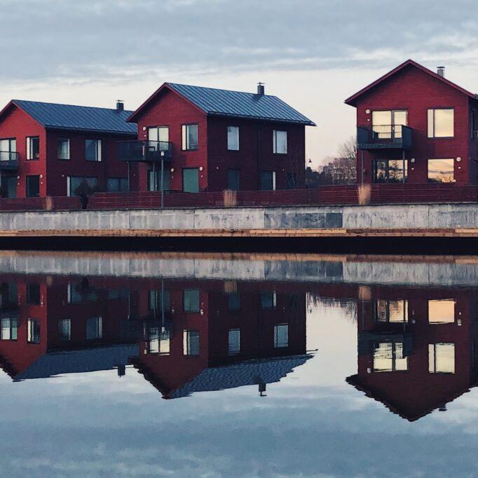 Punaisia taloja kanavan varrella
