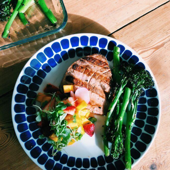 Tonnikalapihvi, mansikka-mangosalsa ja broccolinin varsia