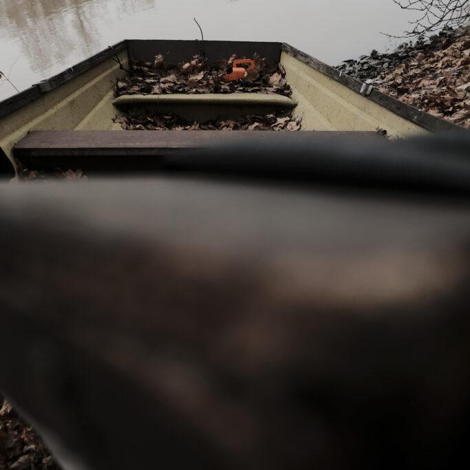 Kuivuneita puunlehtiä soutuveneessä