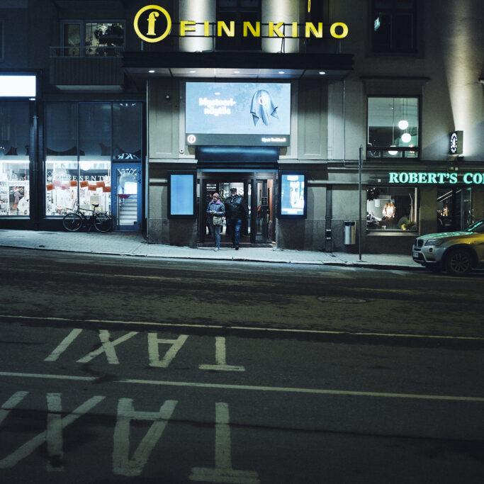 Elokuvateatterin edustalla illalla