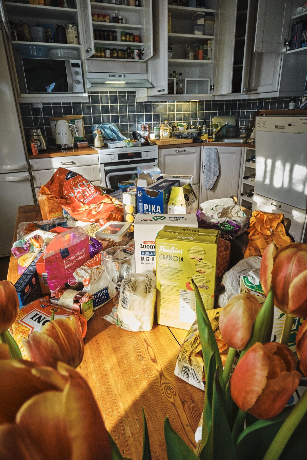 Keittiön kaapit auki ja ruokatarvikkeet pöydällä