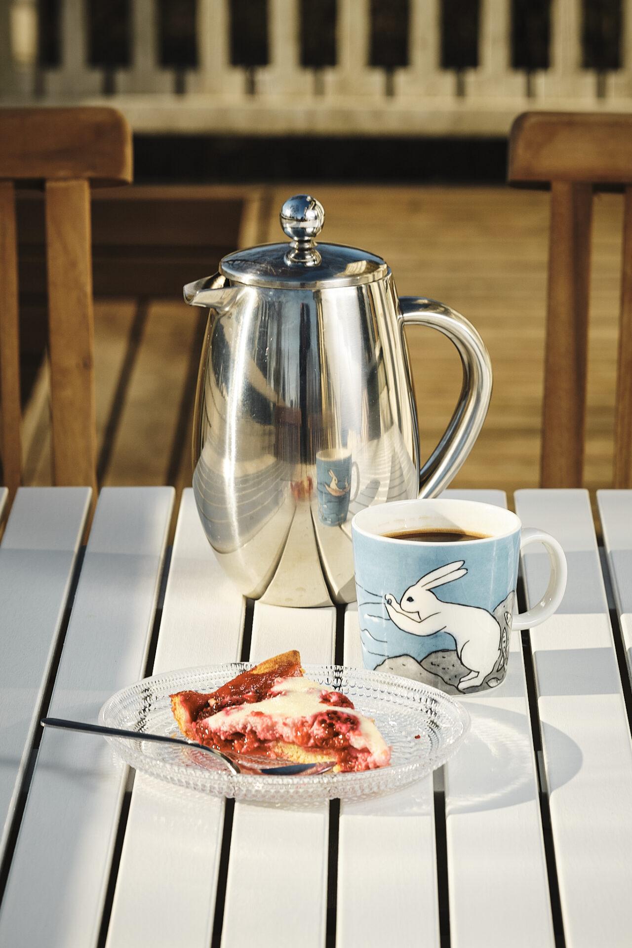Presspannu, kahvi ja marjapiirakka
