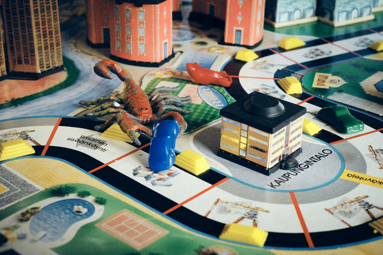 Hotelli-peli ja skorpionilelun hyökkäys