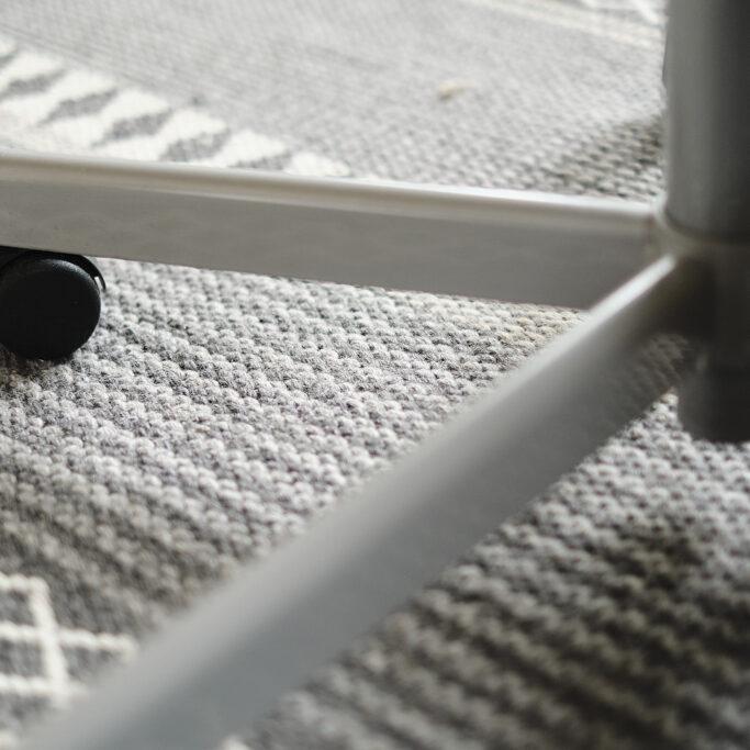 Toimistotuolin jalka matolla